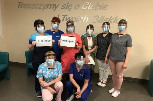 Pracownicy Szpitala Wielospecjalistycznego w Gliwicach w przyłbicach ochronnych wydrukowanych w 3D przez 3DGence