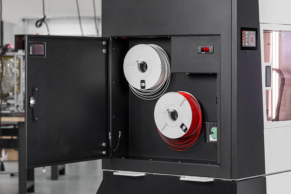 Przemysłowa drukarka 3D INDUSTRY F340. Dwie szpule filamentu zainstalowane w komorze filamentu.