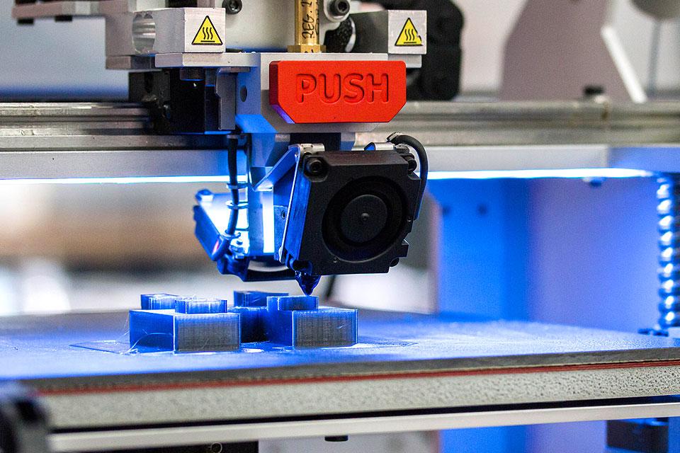 Profesjonalna drukarka 3DGence ONE. Zbliżenie ceramicznego stołu roboczego.