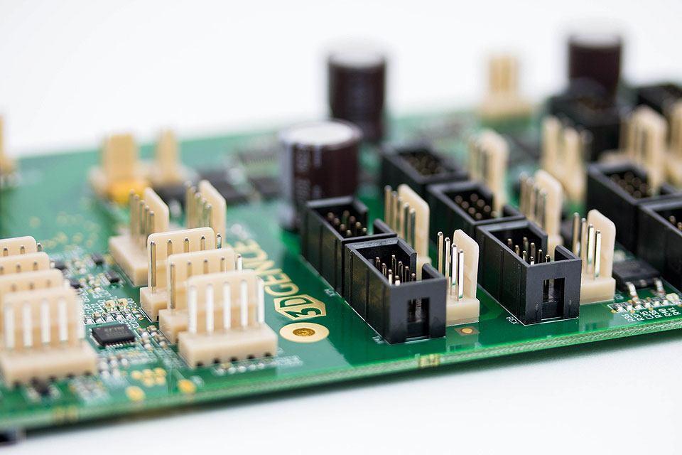 Professioneller 3D-Drucker 3DGence ONE Elektronik, die mit Stromkreis- und Überlastschutz ausgestattet ist.