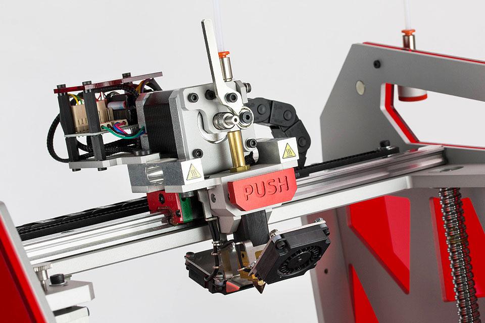 Professioneller 3D-Drucker 3DGence ONE. Nahaufnahme von PUSH - patentiertes schnelles Hotend-Austauschsystem.